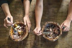 Mani con le forcelle e ciotole con alimento Fotografie Stock Libere da Diritti