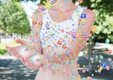 mani con le icone dell'applicazione che vengono sulla forma  Fondo vago del parco Immagine Stock
