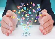 mani con le icone dell'applicazione in mezzo futuristico Immagini Stock