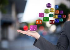mani con le icone dell'applicazione nella via (vaga) Fotografie Stock