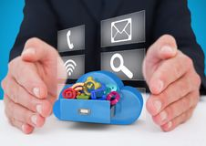 mani con le icone dell'applicazione su una nuvola e con il pannello delle icone dietro fra due mani Immagine Stock