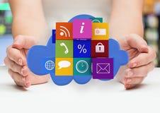 mani con le icone dell'applicazione su una nuvola in mezzo Immagini Stock