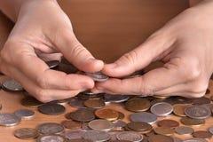 Mani con le monete Immagine Stock