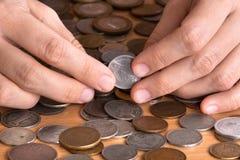 Mani con le monete, primo piano Immagine Stock