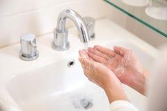 Mani con sapone sotto acqua corrente, mani di lavaggio della donna Fotografie Stock Libere da Diritti