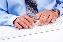 Mani con una tastiera di computer. Fotografie Stock