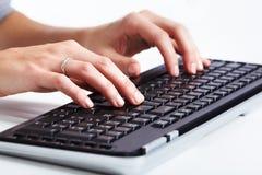 Mani con una tastiera di computer. Fotografie Stock Libere da Diritti