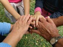 Mani connesse (nonni e nipoti) Fotografia Stock Libera da Diritti