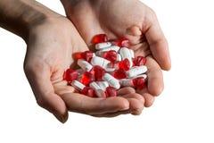 Mani a coppa con le pillole ed i cuori Immagini Stock Libere da Diritti