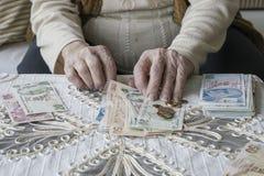 Mani corrugate che contano le banconote della Lira turca Fotografia Stock