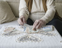 Mani corrugate che contano le banconote della Lira turca Fotografie Stock Libere da Diritti