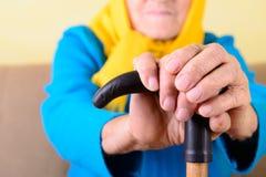 Mani corrugate della donna anziana Immagini Stock