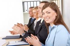 Mani d'applauso sorridenti del gruppo di affari Immagini Stock Libere da Diritti