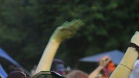Mani d'ondeggiamento femminili felici e ballare al festival di colore, celebrazione del fest di Holi archivi video