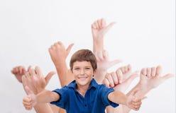 Mani degli adolescenti che mostrano segno giusto su bianco Immagine Stock
