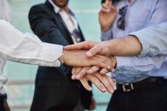 Mani degli uomini che tengono insieme nel gesto di unità immagini stock libere da diritti