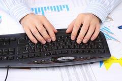 Mani degli uomini sulla tastiera Fotografie Stock