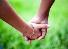 Mani dei bambini che tengono insieme Immagini Stock