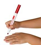 Mani dei bambini che tengono una penna felt-tip rossa Immagini Stock Libere da Diritti