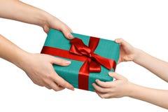 Mani dei bambini con il contenitore di regalo isolato su bianco Immagine Stock Libera da Diritti