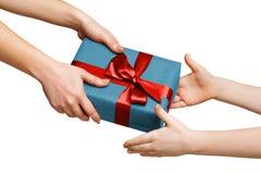 Mani dei bambini con il contenitore di regalo isolato su bianco Fotografia Stock
