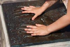 Mani dei bambini nei handprints del metallo Immagini Stock Libere da Diritti