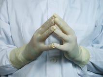 Mani dei chirurghi Fotografie Stock Libere da Diritti