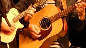 Mani dei chitarristi di duo che giocano chitarra & mandolino - fase della montagna del ` s di NPR stock footage