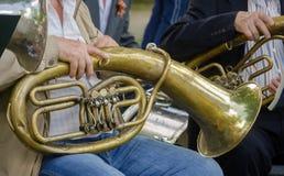 Mani dei musicisti più anziani e di vecchi strumenti musicali Fotografia Stock