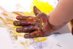 Mani dei piccoli bambini che fanno Fingerpainting Immagini Stock Libere da Diritti