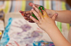 Mani dei piccoli bambini che fanno Fingerpainting Fotografia Stock