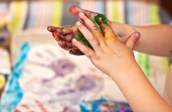 Mani dei piccoli bambini che fanno Fingerpainting Fotografia Stock Libera da Diritti