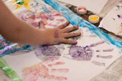 Mani dei piccoli bambini che fanno Fingerpainting Immagine Stock Libera da Diritti
