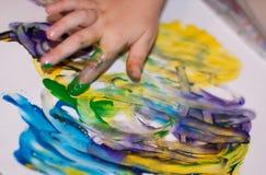 Mani dei piccoli bambini che fanno Fingerpainting Fotografie Stock Libere da Diritti