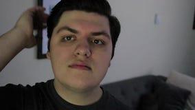 Mani dei tipi tramite capelli video d archivio