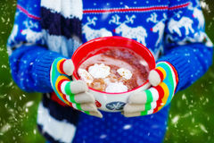 Mani del bambino che tengono grande tazza della bevanda del cioccolato Immagini Stock Libere da Diritti