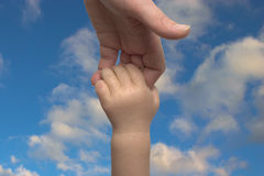 Mani del bambino e della madre Fotografia Stock