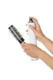 Mani del barbiere che giudicano spruzzo e pettine isolati su bianco Fotografia Stock Libera da Diritti