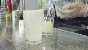 Mani del barista che preparano le bevande di freddo archivi video