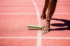 Mani del bastone della tenuta dell'atleta Fotografie Stock Libere da Diritti