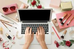 Mani del blogger di bellezza con il computer portatile moderno Fotografia Stock