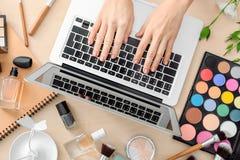 Mani del blogger di bellezza con il computer portatile moderno Fotografie Stock