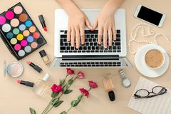 Mani del blogger di bellezza con il computer portatile moderno Immagine Stock