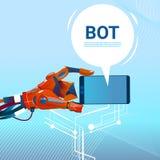 Mani del Bot di chiacchierata facendo uso dello Smart Phone delle cellule, dell'assistenza virtuale del robot del sito Web o dell Immagine Stock Libera da Diritti