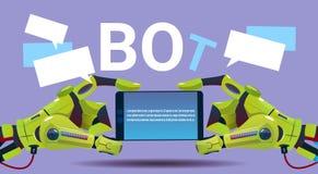 Mani del Bot di chiacchierata facendo uso dello Smart Phone delle cellule, dell'assistenza virtuale del robot del sito Web o dell illustrazione di stock