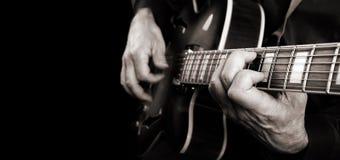 Mani del chitarrista ed alto vicino della chitarra Gioco della chitarra elettrica Copi gli spazi Rebecca 36 fotografia stock libera da diritti