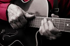 Mani del chitarrista ed alto vicino della chitarra Gioco della chitarra elettrica Giochi la chitarra fotografia stock