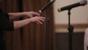 Mani del coro dei bambini del movimento lento del conduttore stock footage