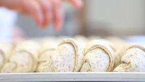 Mani del cuoco unico che preparano la brioche della pasticceria archivi video