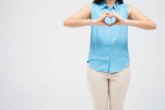 Mani del cuore di manifestazione della donna fotografia stock